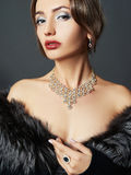 Красивая женщина в мехе и ювелирных изделиях Стоковая Фотография