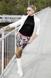 Красивая женщина в мини-юбке, над железной дорогой Стоковое Фото