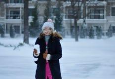 Красивая женщина в одежде зимы с чашкой горячего outdoo кофе стоковое фото