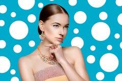 Красивая женщина в ожерелье, серьгах и кольце Модель в драгоценности стоковые фото