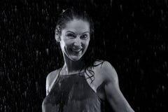 Красивая женщина в дожде на ноче получая влажное художническое преобразование Стоковые Изображения