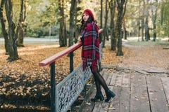 Красивая женщина в осени Стоковая Фотография