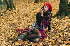 Красивая женщина в осени Стоковые Изображения RF