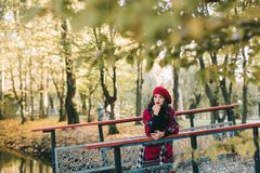 Красивая женщина в осени стоковое изображение
