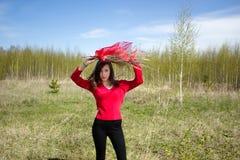 Красивая женщина в парке на погоде солнечного дня хорошей Стоковая Фотография RF
