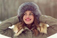 Красивая женщина в пальто и меховой шапке зимы Стоковое Изображение