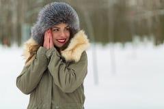 Красивая женщина в пальто и меховой шапке зимы Стоковые Фотографии RF