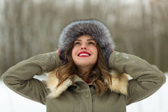 Красивая женщина в пальто и меховой шапке зимы Стоковая Фотография