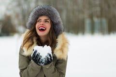 Красивая женщина в пальто и меховой шапке зимы Стоковое Изображение RF