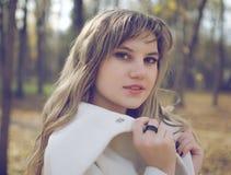 Красивая женщина в пейзаже осени Стоковая Фотография
