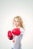 Красивая женщина в перчатках бокса на белой предпосылке Стоковые Изображения