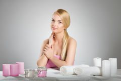 Красивая женщина в полотенце за таблицей с свечами Стоковые Фотографии RF