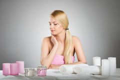 Красивая женщина в полотенце смотря таблицу с свечами Стоковые Изображения
