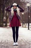 Красивая женщина в представлять outdoors Стоковое Изображение RF
