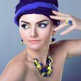 Красивая женщина в пурпуре Стоковое Изображение RF
