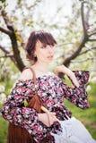 Красивая женщина в платье в садах стоковые фото