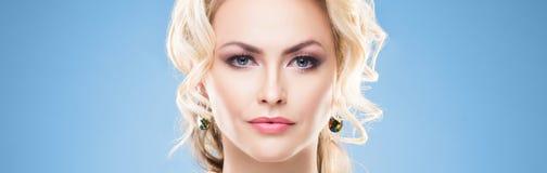 Красивая женщина в роскошных украшениях Привлекательная маленькая девочка нося золотые ювелирные изделия стоковая фотография