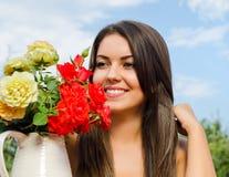 Красивая женщина в саде с цветками. Стоковая Фотография RF