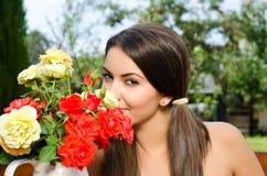 Красивая женщина в саде с цветками. Стоковые Фотографии RF