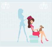 красивая женщина в салоне парикмахерских услуг Стоковое Фото