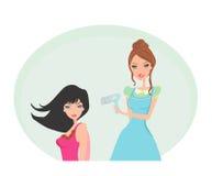 Красивая женщина в салоне парикмахерских услуг Стоковая Фотография RF