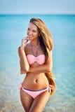 Красивая женщина в сексуальном бикини ослабляя на пляже лета Стоковые Изображения RF