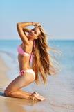 Красивая женщина в сексуальном бикини ослабляя на пляже лета Стоковые Фотографии RF