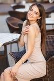 Красивая женщина в сексуальном платье на стуле стоковые фото