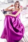 Красивая женщина в современном доме Стоковые Фотографии RF