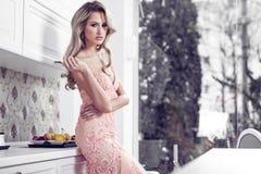 Красивая женщина в современном доме Стоковая Фотография RF