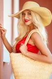 Красивая женщина в соломенной шляпе с большим brim стоковые изображения rf