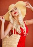 Красивая женщина в соломенной шляпе с большим brim стоковое фото