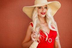 Красивая женщина в соломенной шляпе с большим brim стоковые фотографии rf