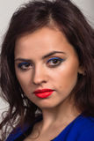 Красивая женщина в стильном изображении на светлой предпосылке стоковые фото