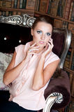Красивая женщина в студии, роскошном стиле Бежевая кофточка Стоковая Фотография