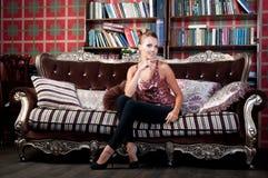 Красивая женщина в студии, роскошном стиле Стоковые Фотографии RF