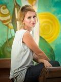Красивая женщина в художественной галерее Стоковые Изображения