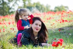 Красивая женщина в цветках анонимных Стоковая Фотография RF