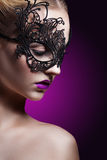 Красивая женщина в черной маске маска масленицы серая изолированная Стоковое Фото
