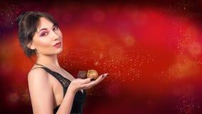Красивая женщина в черном женское бельё шнурка держит в ее голени рук Стоковое фото RF
