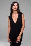 Красивая женщина в черном портрете платья Стоковое Изображение RF