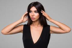 Красивая женщина в черном портрете платья Стоковое фото RF