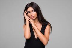 Красивая женщина в черном портрете платья Стоковые Изображения