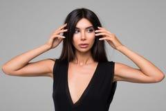 Красивая женщина в черном портрете платья Стоковые Изображения RF