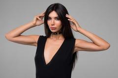 Красивая женщина в черном портрете платья Стоковые Фотографии RF