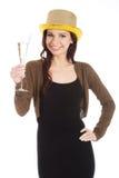 Красивая женщина в черном платье и золотой шляпе с шампанским. Стоковые Изображения RF