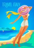 Красивая женщина в широк-наполненной до краев шляпе на тропическом пляже Берег озера, горы Праздник на французской ривьере, Лигур Стоковые Изображения