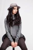 Красивая женщина в шляпе и брюках Стоковые Фото