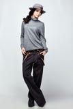 Красивая женщина в шляпе и брюках Стоковые Фотографии RF