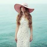 Красивая женщина в шляпе на море Стоковое Изображение RF